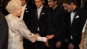 Los One Direction conocen a la reina de Inglaterra