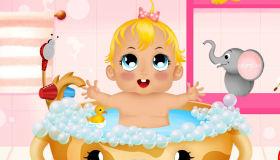 Baña a una bebé graciosa